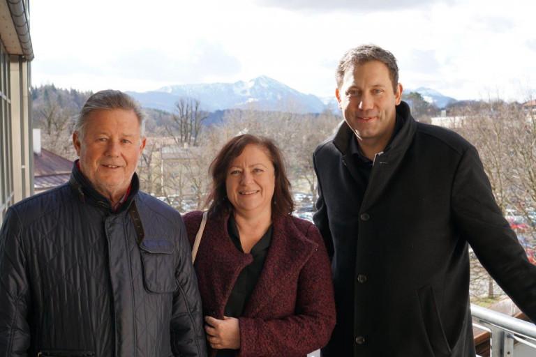 Sepp Konhäuser, Dr. Bärbel Kofler, Lars Klingbeil oberhalb des Karl-Theodor-Platzes
